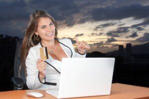 Donna che fa shopping online su Aliexpress