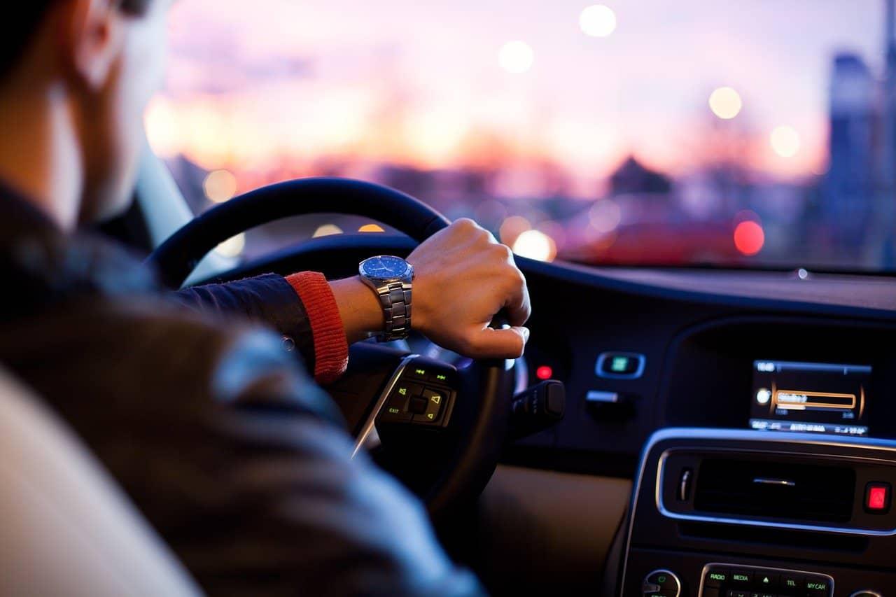 Uomo-guida auto-sportiva