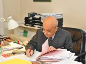 lavoratore -anziano-in-ufficio